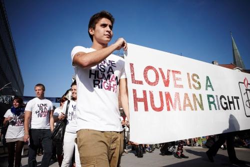 """Deltag i paraden til Copenhagen Pride 2011 sammen med Amnesty International og få en af deres cool """"Human Rights are my Pride""""-t-shirts."""