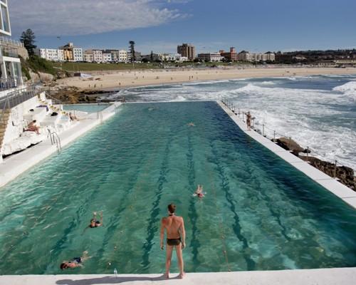 Strandene i Sydney fås i alle udgaver; beskyttede sandvige, hvor adstadige motionister svømmer baner; og klippefyldte bugte ud mod Stillehavet, hvor surferne spiller med musklerne.