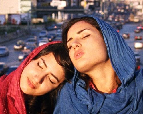 """""""Forbudt kærlighed"""" er inspireret af mine egne oplevelser som ung pige i Iran; min familie var mit teater og en mikroudgave af det iranske samfund,"""" fortæller filminstruktøren Maryam Keshavaraz."""